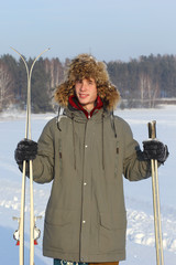 Лыжник в лесу на прогулке