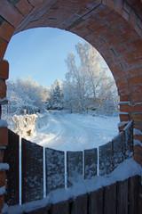 зимняя картинка в проеме калитки