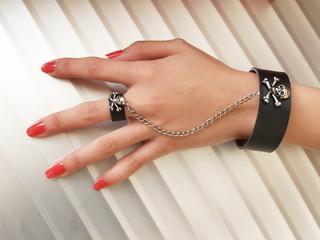 女性の指とアクセサリー