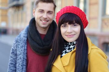 modernes junges paar in der stadt unterwegs
