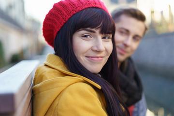 portrait einer jungen frau mit ihrem freund in der stadt