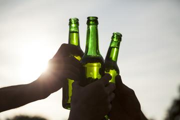 Mit Bierflaschen anstoßen