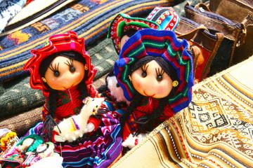 Traditionelle Indianer-Puppen auf dem Markt von Chinchero / Sacred Valley of the Incas, Peru