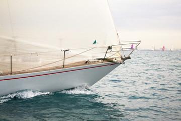 regata con barche a vela nel mar mediterraneo