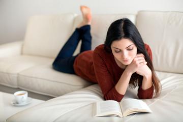 Schöne Frau beim Buch lesen