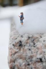 雪と崖と女子高生とスマホ ミニチュアの世界