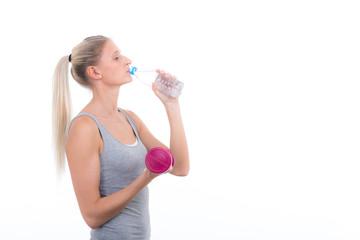 junge frau trinkt wasser zum sport
