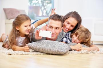 Familie macht Selfie mit Smartphone