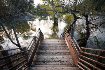 suite à des inondations ,un escalier en bois  descend dans un lac qui a débordé