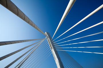 In de dag Brug Wonderful white bridge structure over clear blue sky