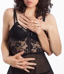 Corpo di donna sensuale con mani di uomo