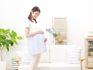 部屋に立つ妊婦
