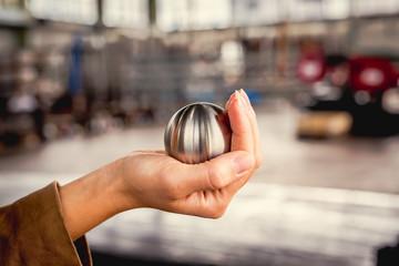 Metallkugel wird fest in der Hand eingeschlossen