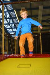 Trampolin-Gaudi in der Kinderspiel-Halle