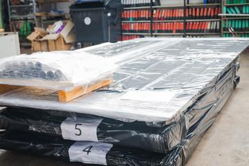 Fertig gepackte Paletten in der Metallverarbeitung