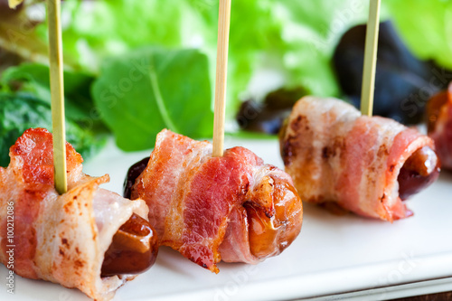 macro close up of dates with bacon skewers stockfotos und lizenzfreie bilder auf. Black Bedroom Furniture Sets. Home Design Ideas