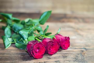 Róże na drewnianym tle