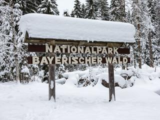 Schild Bayerischer Wald mit Schnee