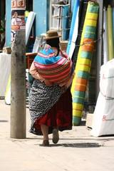 Peruanische Frau mit traditionellem Tragetuch