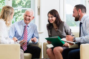 Geschäftsleute in Gruppe im Gespräch im Büro