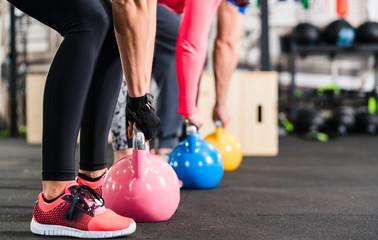 Gruppe beim functional Fitness Training mit Kettlebell im Sport Studio