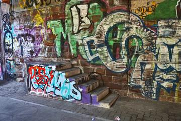 Treppe ins Nichts, Wand und Stufen mit Graffiti geschmückt