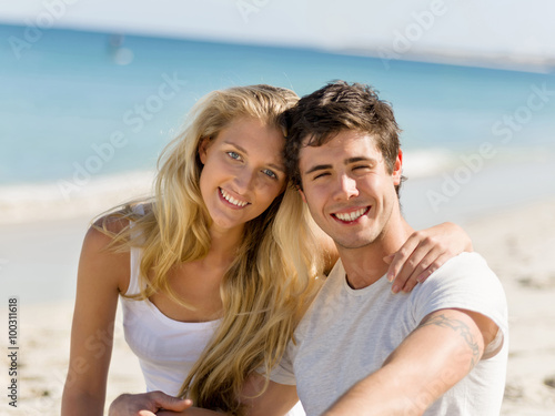 Romantic Young Couple Sitting On The Beach Quot Imagens E Fotos De Sto