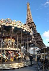 Karussell vor dem Eiffelturm in Paris, Frankreich