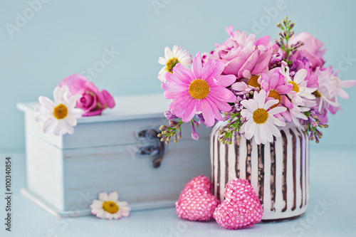 daisy flowers and box with a gift on a blue background photo libre de droits sur la banque d. Black Bedroom Furniture Sets. Home Design Ideas
