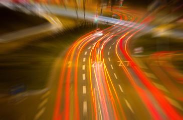 Straße in einer Stadt in der Nacht