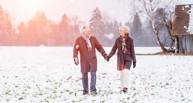 Senioren Paar macht Spaziergang im Winter