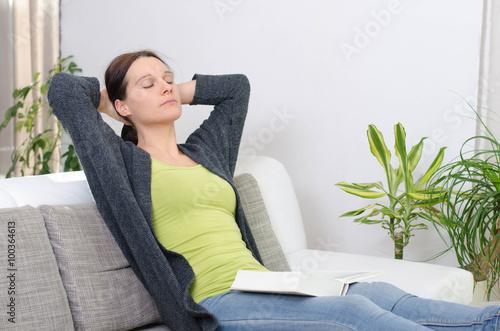 frau beim entspannen auf dem sofa stockfotos und lizenzfreie bilder auf bild. Black Bedroom Furniture Sets. Home Design Ideas
