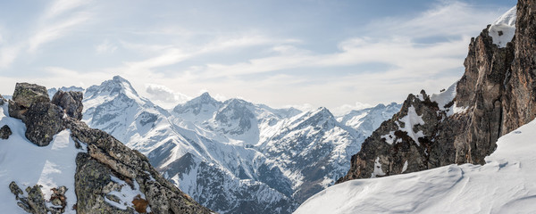 Photo sur Aluminium Montagne Panoramic view of the mountains / A panoramic view on Alps winter mountains, Les 2 Alpes, France