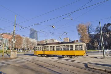 Milano con tram giallo in piazza della repubblica in lombardia italia lombardy italy