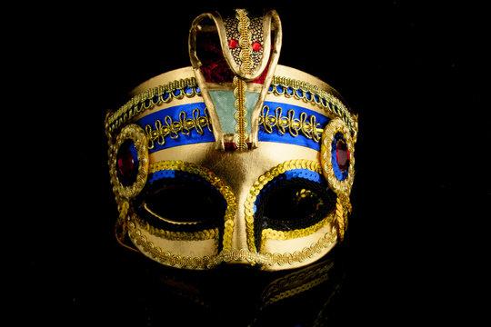 Maske Kleopatra Gold Vor schwarzem Hintergrund