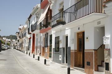 Paseo por las calles del municipio de Alozaina en la provincia de Málaga, Andalucía