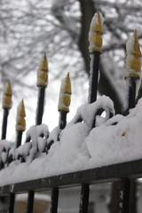 Забор в снегу в парке зимой