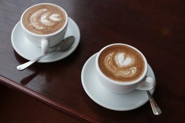 Две чашки кофе на столе