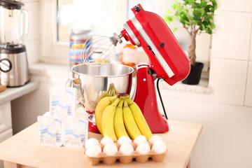 rote Küchenmaschine mit Eier, Quark & Bananen