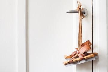 Houten schaatsen hangende aan een deurklink