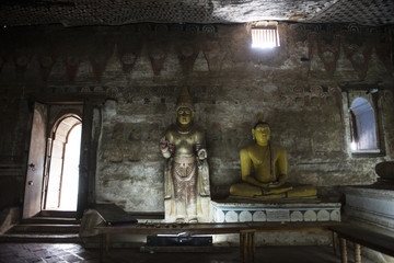 Sala interior del Royal Rock Temple con budas sentados. Dambulla, Sri Lanka.