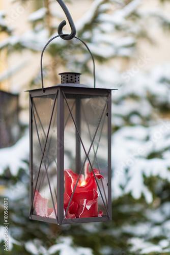vecchia lanterna in vetro e ferro battuto appesa con un gancio a un ramo di pino innevato con. Black Bedroom Furniture Sets. Home Design Ideas