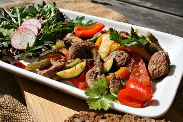 organisch lifestyle rindfleisch pfannengericht gemüse salat kalorienarm hölzern modern