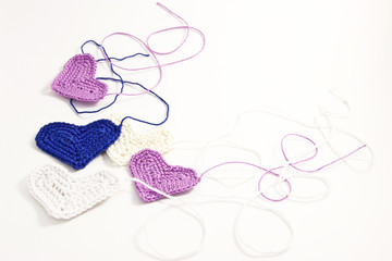 Crochet little hearts with interwoven threads