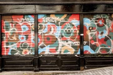 Façade ancienne avec graffitis