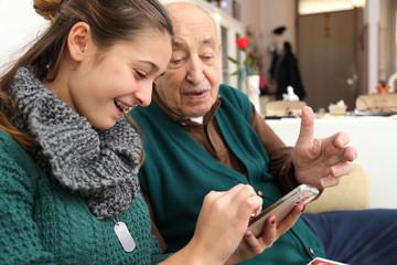 Insegnare ai nonni l'uso dello smartphone