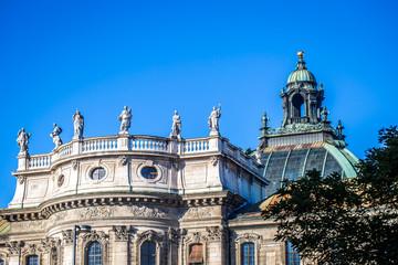 Dach des Landgerichtes in München bei klarem Himmel