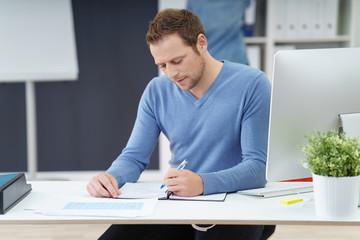 geschäftsmann arbeitet am schreibtisch