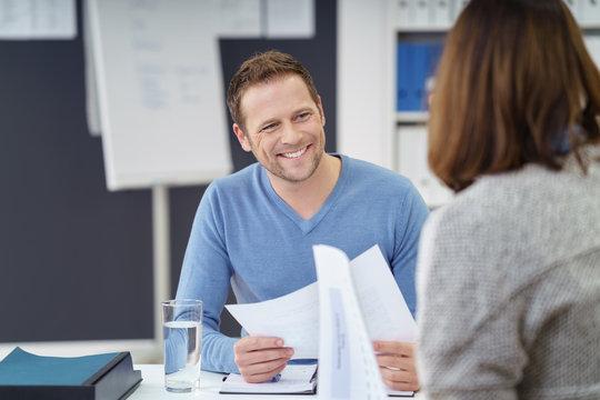 nette kollegen arbeiten zusammen im büro