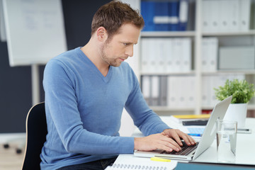 mann im büro schreibt einen bericht